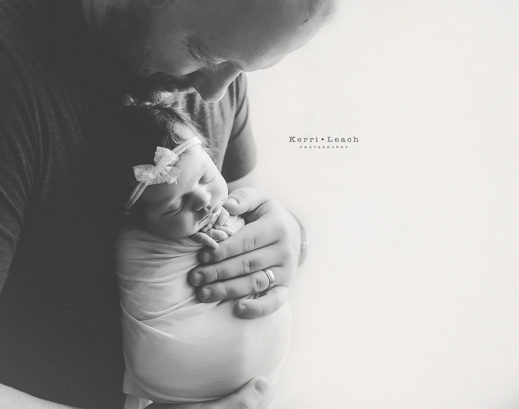 Evansville, In Newborn photographer | Newborn parent posing | Newborn poses | Newborn pose ideas | Newborn photography | Kerri Leach Photography | Newborns