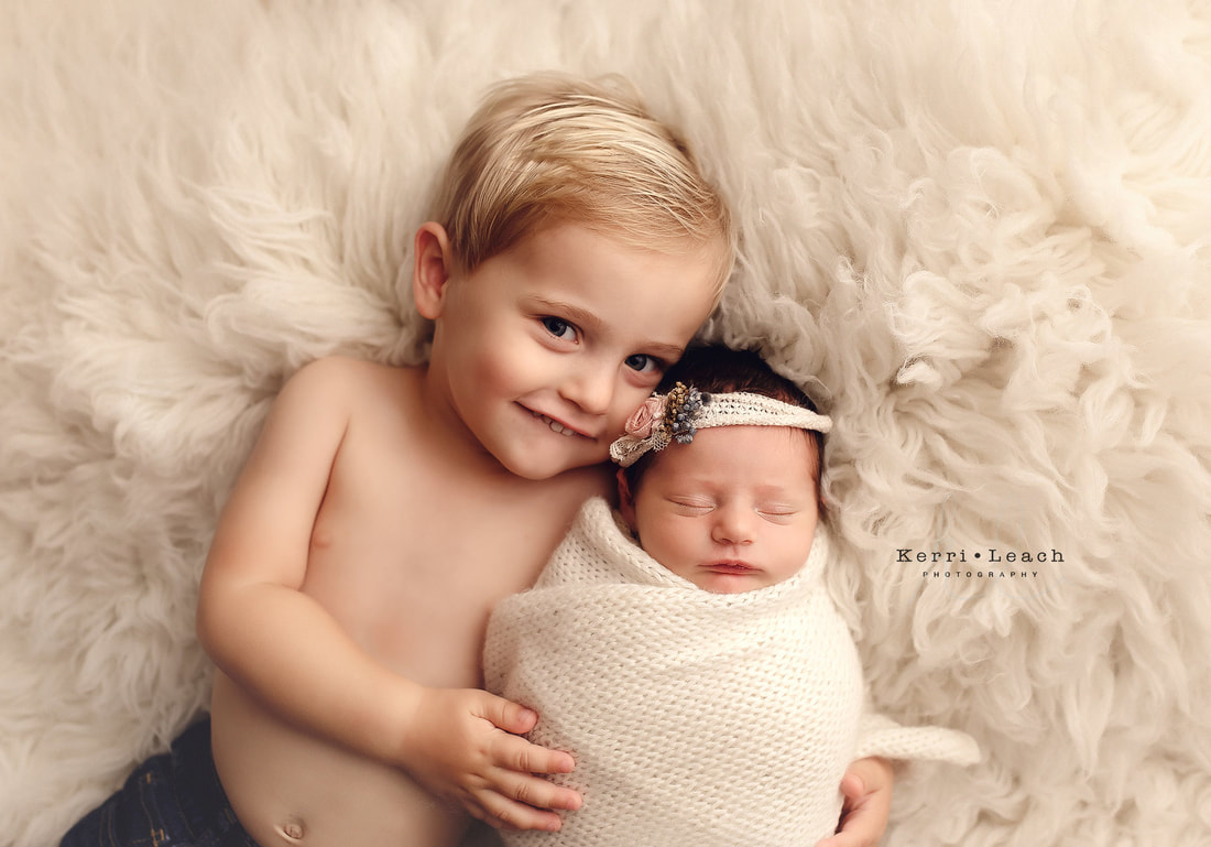 Newborn sibling posing | Newborn photographer Newburgh, IN